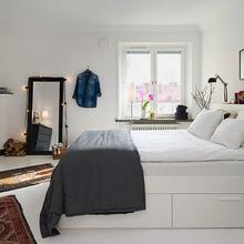 Фотография: Спальня в стиле Скандинавский, Квартира, Аксессуары, Декор, Мебель и свет, Белый, Гид, гид по белым комнатам, психология белого, практичный белый, белая прихожая, белая спальня, белая гостиная, белая ванная, белая кухня, белая детская – фото на InMyRoom.ru