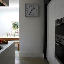 Фотография: Кухня и столовая в стиле Минимализм, Интерьер комнат, Цвет в интерьере, Белый – фото на InMyRoom.ru