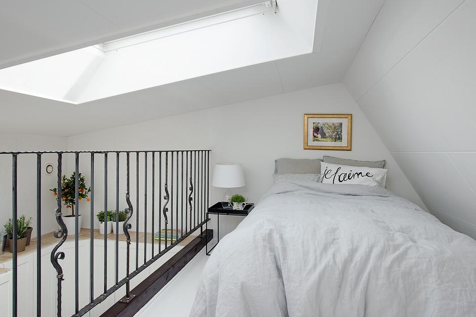 Фотография: Спальня в стиле Скандинавский, Малогабаритная квартира, Квартира, Цвет в интерьере, Дома и квартиры, Белый, Мансарда – фото на InMyRoom.ru