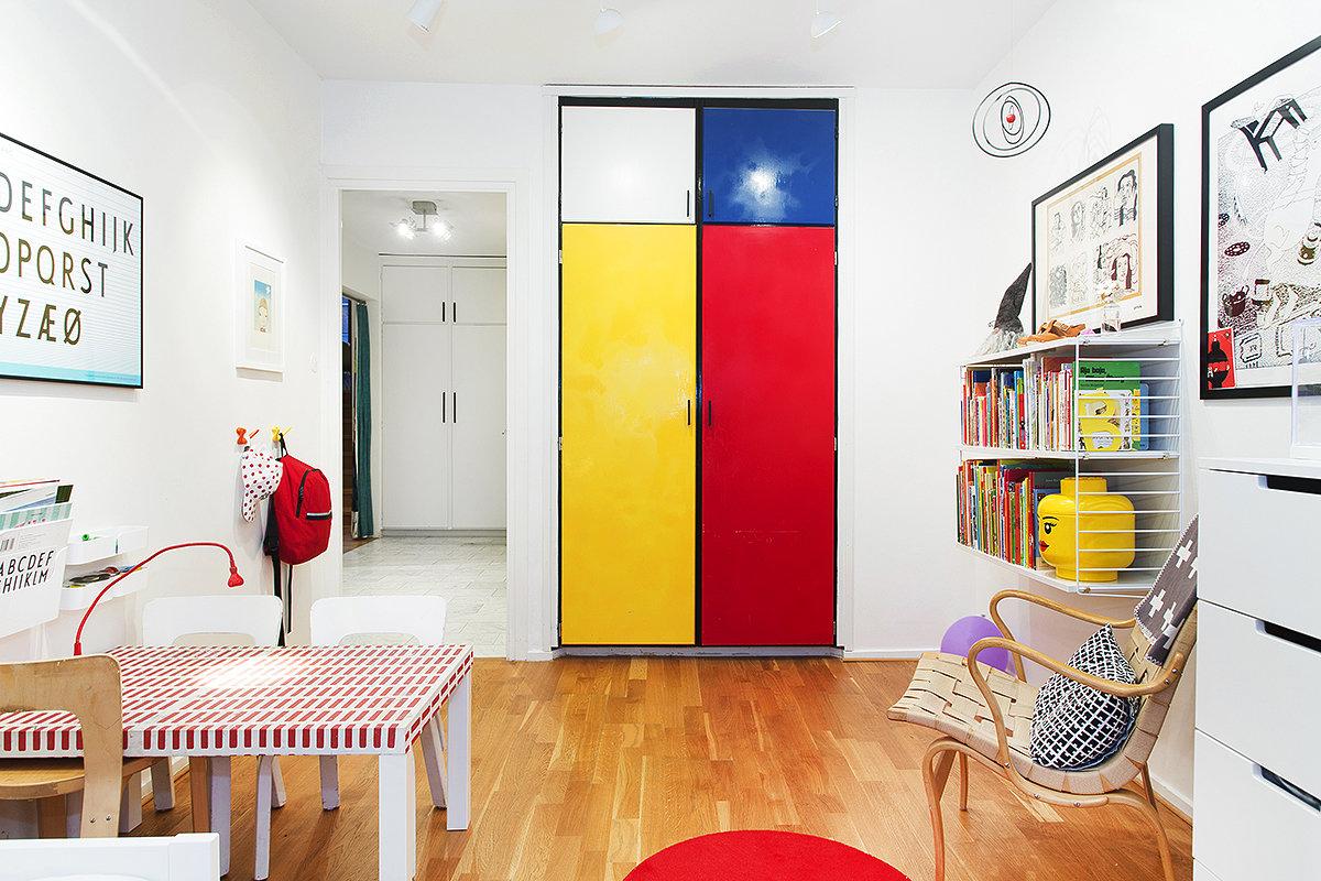 Желтая кухня в сочетании с красным цветом