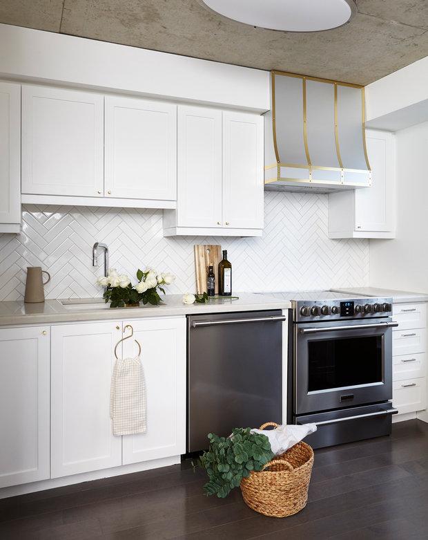 Фотография: Кухня и столовая в стиле Современный, Декор интерьера, Квартира, США, Белый, Черный, Бежевый, 40-60 метров – фото на InMyRoom.ru