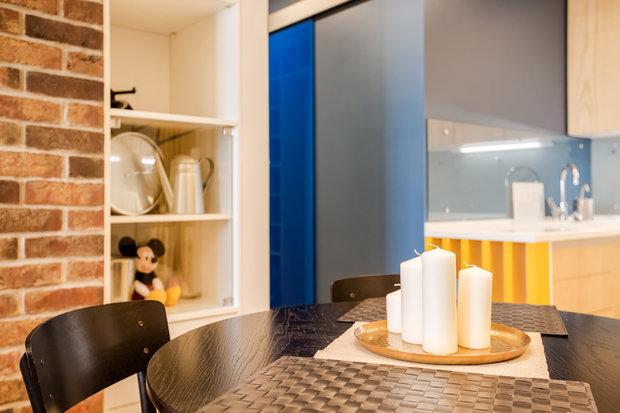 Фотография: Кухня и столовая в стиле Современный, Квартира, Eames, Gorenje, Проект недели, Москва, Бежевый, Dulux, Желтый, Серый, Декоративная штукатурка, Коричневый, Граффити, SLV, ИКЕА, кирпич в интерьере, кирпичная стена, кирпичная стена в интерьере, идеи перепланировки однушки, перепланировка однокомнатной квартиры, современный интерьер, Roca, Porcelanosa, освещение в спальне, Lightstar, Jacob Delafon, Kermi, Centrsvet, как организовать хранение на небольшом метраже, перепланировка студии, кирпичный клинкер, квартира в современном стиле, сценарии освещения, Grohе, хранение книг в небольшой квартире, перепланировка однушки, современный стиль в интерьере, как из однушки сделать двушку, кирпичная кладка в интерьере, современные сценарии освещения, как создать современный и модный интерьер, керамогранит под дерево, Estetica, интерьер с кирпичной кладкой, декоративное освещение в квартире, Megalux, Valentin, Arline, Italline, Constance Guisse, Terhuerne, Calcebeton, Moorbrand, Виктория Золина, Zi-Design Interiors – фото на INMYROOM