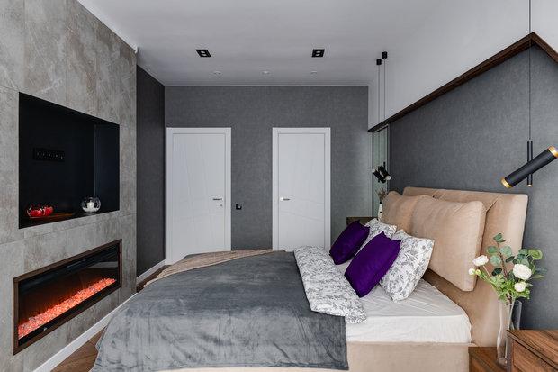 На пол положили ламинат. На стены поклеили шведские обои. Мебель сделана под заказ. Конструкция под телевизор и камин обложена плиткой.