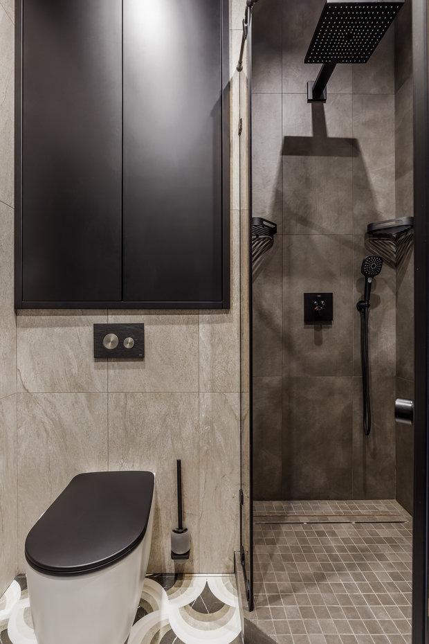 Гостевой санузел продолжает тему прихожей, сантехника черно-белая, которая поддерживает цвета на плитке.