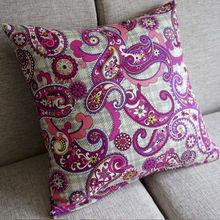 Чехол для подушки в розовых тонах.