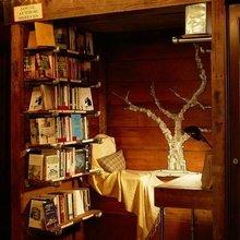 Фотография: Спальня в стиле Кантри, Декор интерьера, Дом, Интерьер комнат, Библиотека, Книги – фото на InMyRoom.ru