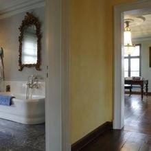 Фотография: Ванная в стиле Кантри, Дом, Дома и квартиры, Лестница, Диван, Балки, Пол – фото на InMyRoom.ru