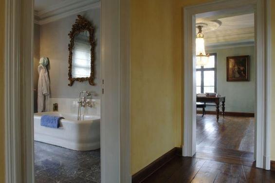 Фотография: Ванная в стиле Прованс и Кантри, Дом, Дома и квартиры, Лестница, Диван, Балки, Пол – фото на InMyRoom.ru