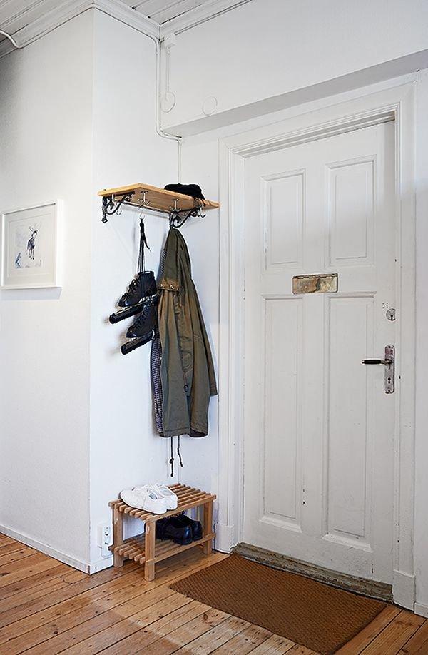 Фотография: Прихожая в стиле Скандинавский, Малогабаритная квартира, Квартира, Цвет в интерьере, Дома и квартиры, Белый, Стена, Пол – фото на InMyRoom.ru
