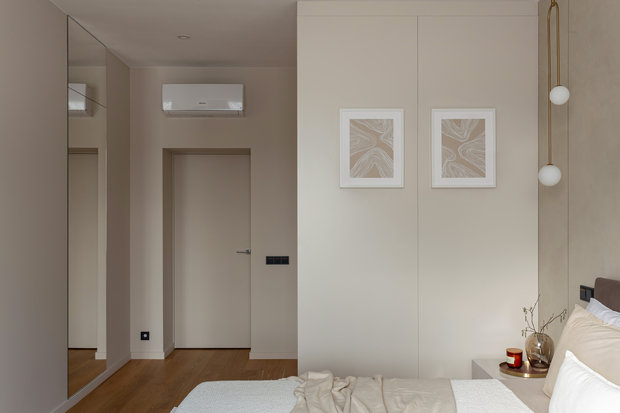 Чтобы сэкономить пространство и увеличить размеры гардеробной в спальне, было принято решение отказаться от стен и возвести гардеробную-куб.
