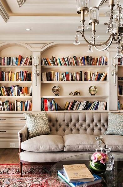 Фотография: Гостиная в стиле Классический, Декор интерьера, Декор, Домашняя библиотека, как разместить книги в интерьере, книги в интерьере – фото на InMyRoom.ru