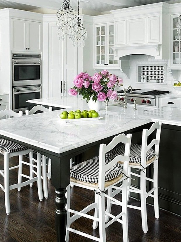 Фотография: Кухня и столовая в стиле Прованс и Кантри, Интерьер комнат, Цвет в интерьере, Белый – фото на InMyRoom.ru
