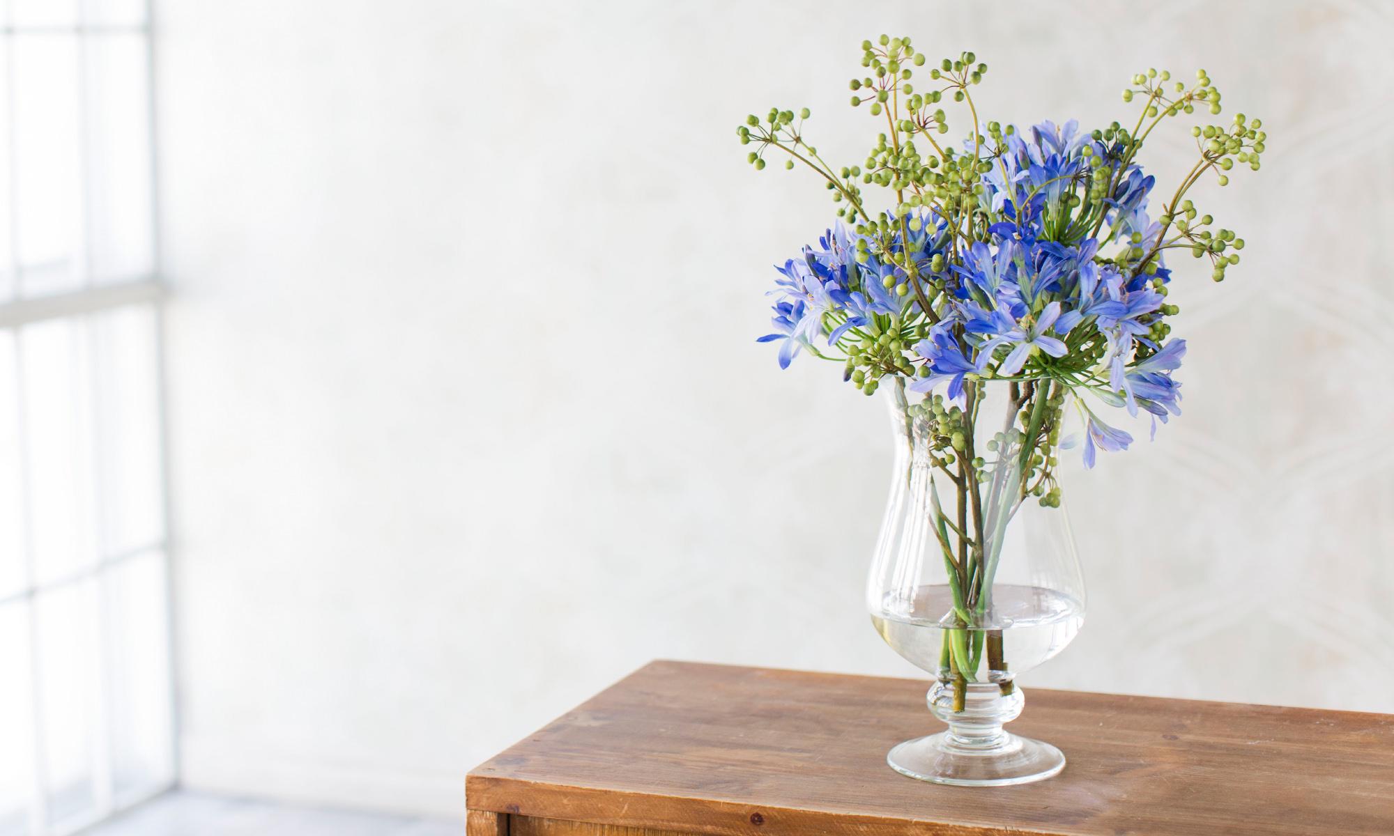 Купить Композиция из искусственных цветов - голубой агапантус с зелеными ягодами, inmyroom, Россия