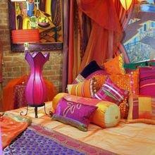 Фотография: Декор в стиле Восточный, Гостиная, Эклектика, Декор интерьера, Красный, Желтый, Синий, Розовый, Фуксия – фото на InMyRoom.ru