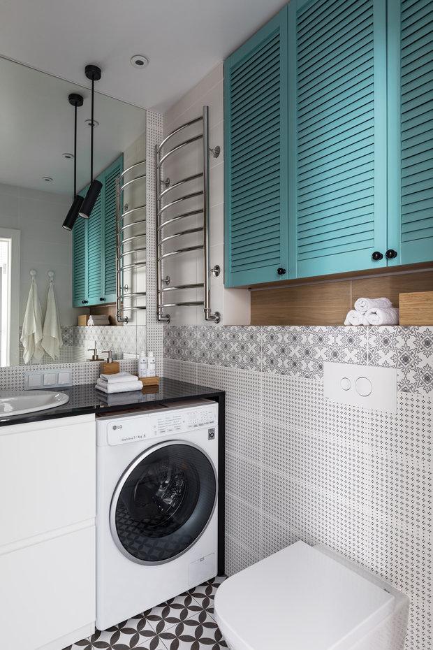 В ванной благодаря переносу унитаза получили дополнительные шкафчики над инсталляцией для хранения бытовой химии.