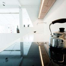 Фотография: Кухня и столовая в стиле Скандинавский, Минимализм, Дом, Дания, Цвет в интерьере, Дома и квартиры, Белый – фото на InMyRoom.ru
