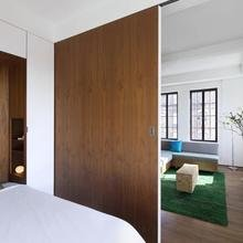 Фото из портфолио зонирование со спальным местом и зонирование жилой комнаты – фотографии дизайна интерьеров на InMyRoom.ru
