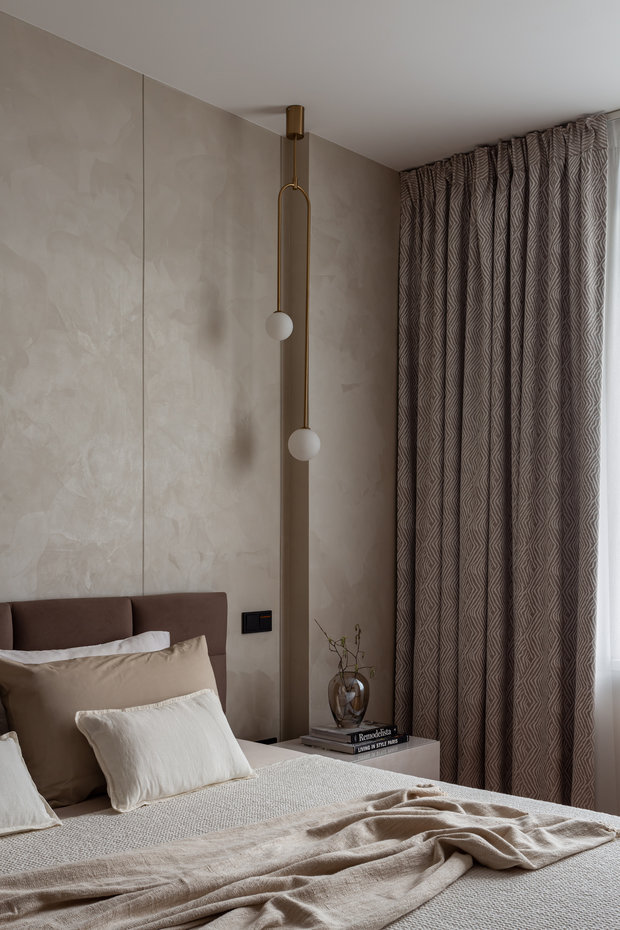 В каждом помещении удалось поддержать желаемую атмосферу с помощью текстиля, а конкретно, штор. Практически сразу и безоговорочно всем полюбилась ткань для спальни хозяев квартиры. Она очень деликатно перекликается с темой Африки.