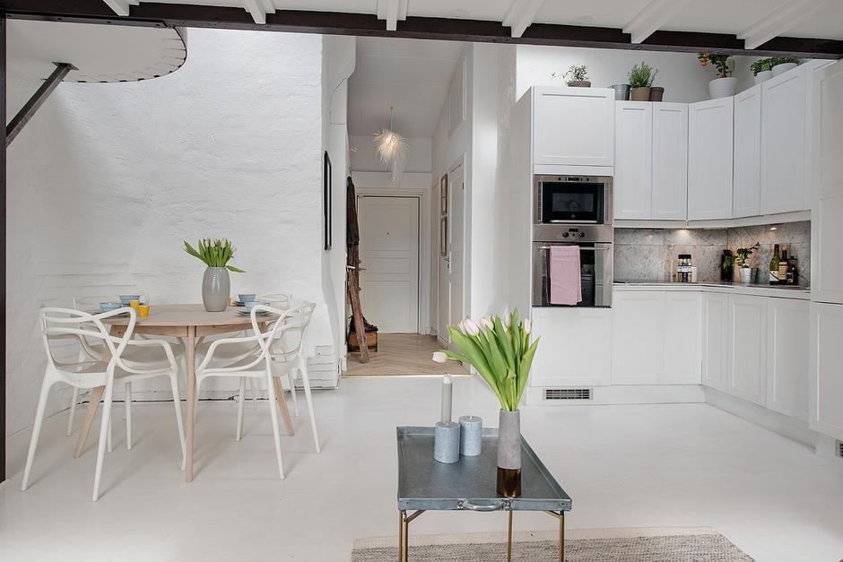 Фотография: Кухня и столовая в стиле Скандинавский, Малогабаритная квартира, Квартира, Цвет в интерьере, Дома и квартиры, Белый, Мансарда – фото на InMyRoom.ru