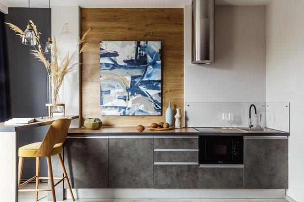 Вся крупная мебель — кухня, шкафы, кровать — изготовлена по индивидуальным размерам на местном производстве, так как должна была идеально встать в существующее пространство.