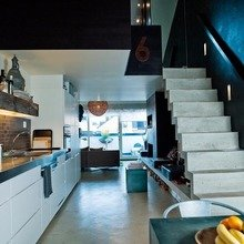 Фотография: Кухня и столовая в стиле Лофт, Малогабаритная квартира, Квартира, Цвет в интерьере, Дома и квартиры, Черный, Зеленый – фото на InMyRoom.ru