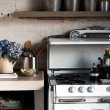 Фотография: Кухня и столовая в стиле Кантри, Декор интерьера, Дом, Дизайн интерьера, Цвет в интерьере, Принт, Серый – фото на InMyRoom.ru