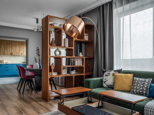 Столик в гостиной удобно раскладывается при необходимости.