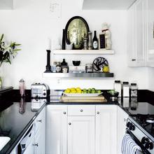 Фотография: Кухня и столовая в стиле Кантри, Интерьер комнат, Цвет в интерьере, Белый – фото на InMyRoom.ru