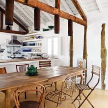 Фотография: Кухня и столовая в стиле Кантри, Дом, Португалия, Цвет в интерьере, Дома и квартиры, Стены – фото на InMyRoom.ru