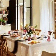 Фотография: Кухня и столовая в стиле Кантри, Интерьер комнат, Цвет в интерьере, Белый, Кухонный остров – фото на InMyRoom.ru