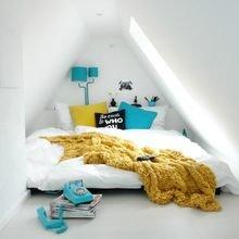 Фотография: Спальня в стиле Скандинавский, Современный, Дом, Мебель и свет, Дача, Дом и дача, как обустроить мансарду, идеи для мансарды – фото на InMyRoom.ru
