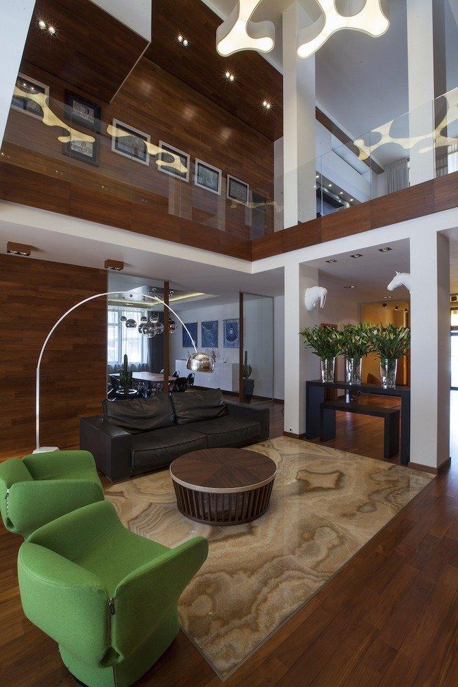 Гостиная с многоуровневым потолком и точечными светильниками