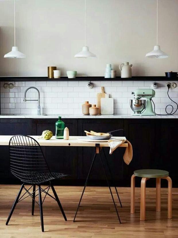 Фотография: Кухня и столовая в стиле Лофт, Декор интерьера, Дизайн интерьера, Цвет в интерьере, Черный – фото на InMyRoom.ru
