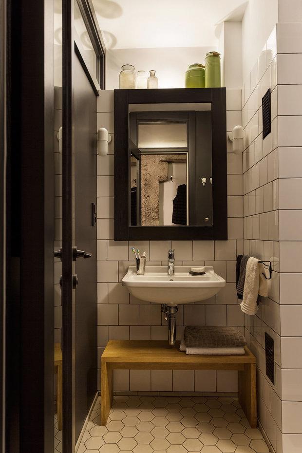 На кухне, в коридоре и ванной использовали уличную подсветку — прожекторы, которые вешают на фасадах зданий.
