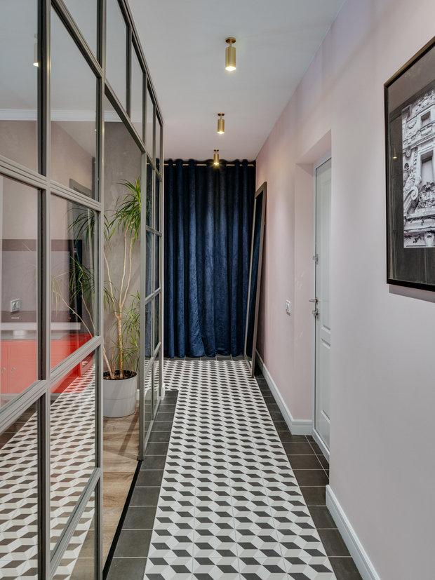В проекте используется каждый метр пространства. Например, для хранения хозяйственных предметов был сделан скрытый шкаф в коридоре. Никакие системы хранения особо не потребовали дополнительных затрат.