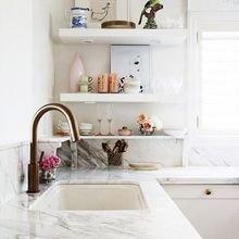 Фотография: Кухня и столовая в стиле Кантри, Интерьер комнат, Цвет в интерьере, Белый, Бытовая техника – фото на InMyRoom.ru