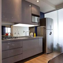 Фотография: Кухня и столовая в стиле Современный, Малогабаритная квартира, Интерьер комнат, Холодильник – фото на InMyRoom.ru