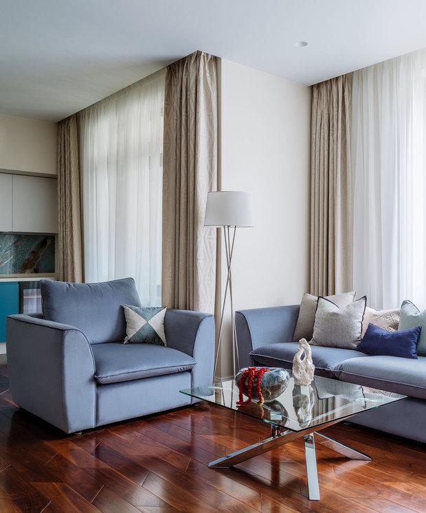 В гостиной постелили паркетную доску из бразильского ореха, по цвету и фактуре он напоминает палубу на корабле, а диагональные стыки досок придают динамики.
