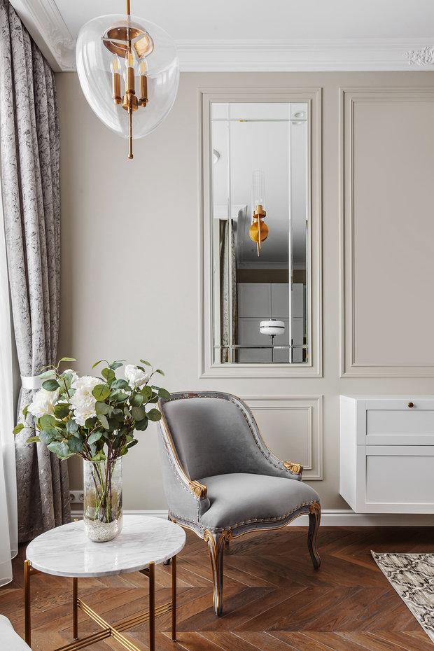 Золотые детали в отделке мебели придают интерьеру роскоши.