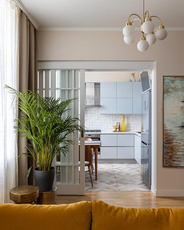 В кухне предусмотрены места хранения для раздельного сбора мусора, посуды и мелкой бытовой техники, есть встроенная посудомоечная машина, измельчитель отходов, газовая плита и электрический духовой шкаф.