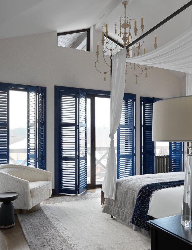 Для создания целостности интерьера цвет использован только в отделке в сочетании с монохромной мебелью: глубокий синий, оттенки серого и трюфель. Обстановка получилась элегантной, но с уютной, домашней атмосферой.