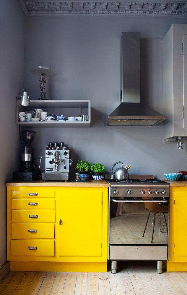 Желтая кухня всочетании с серым