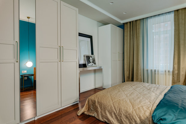 Для спальни была приобретена посеребренная консоль, которая дополняет морскую тематику.