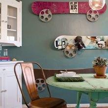 Фотография: Кухня и столовая в стиле Кантри, DIY, Квартира, Аксессуары, Советы, хранение, хранение спортивных снарядов, хранение лыж в квартире, хранение роликов в квартире, хранение доски для серфинга в квартире, хранение сноуборда в квартире, идеи хранения велосипеда в квартире, хранение самоката в квартире, хранение скейта в квартире – фото на InMyRoom.ru