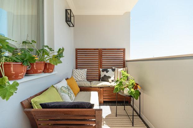 К комнате прилегает открытый балкон, на котором оборудовано место для отдыха, при желании там даже можно заночевать летом, чтобы насладиться морским воздухом.