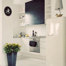 Фотография: Кухня и столовая в стиле Скандинавский, Минимализм, Интерьер комнат, SMEG, Холодильник – фото на InMyRoom.ru