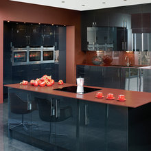 Фотография: Кухня и столовая в стиле Хай-тек, Декор интерьера, Дизайн интерьера, Цвет в интерьере, Черный, Пол – фото на InMyRoom.ru