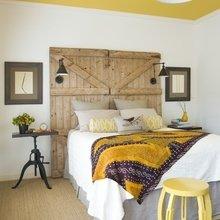 Фотография: Спальня в стиле Кантри, Декор интерьера, Дизайн интерьера, Цвет в интерьере, Потолок – фото на InMyRoom.ru