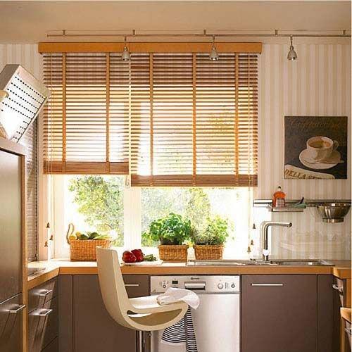 Фотография: Кухня и столовая в стиле Современный, Квартира, Декор, Советы, как выбрать жалюзи, жалюзи на окна – фото на InMyRoom.ru
