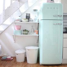 Фотография: Кухня и столовая в стиле Скандинавский, Интерьер комнат, SMEG, Цвет в интерьере, Бирюзовый – фото на InMyRoom.ru
